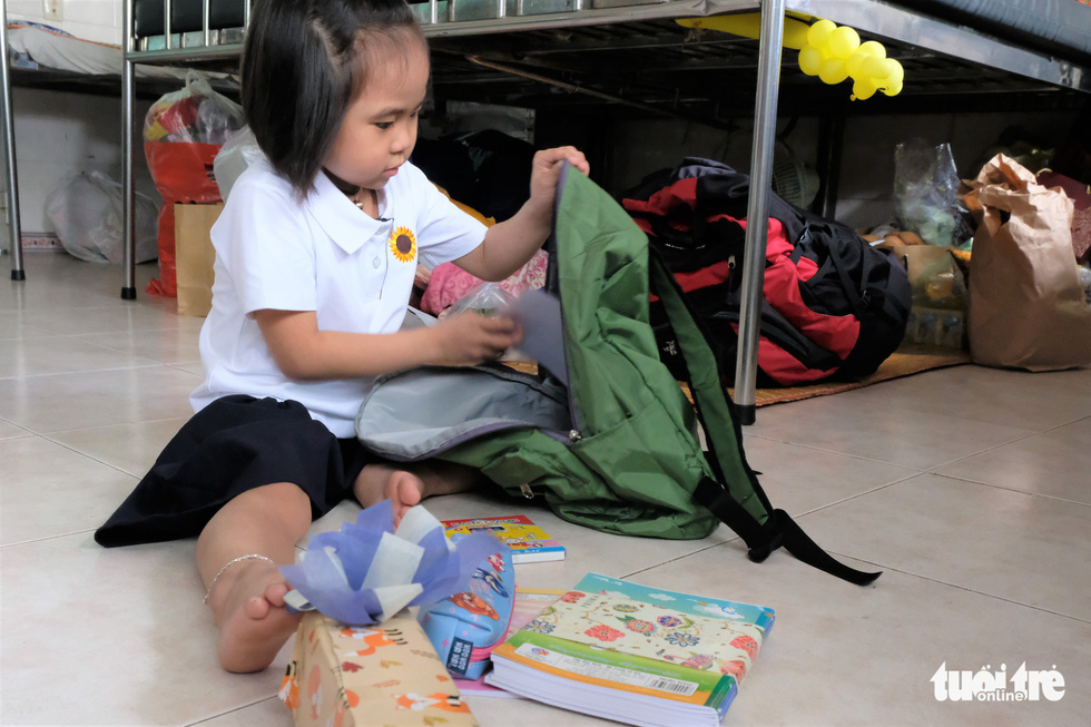 Khuou Cat Tuong, 6, packs her bag to prepare for a new school year at Ho Chi Minh Oncology Hospital. Photo: Canh Toan / Tuoi Tre