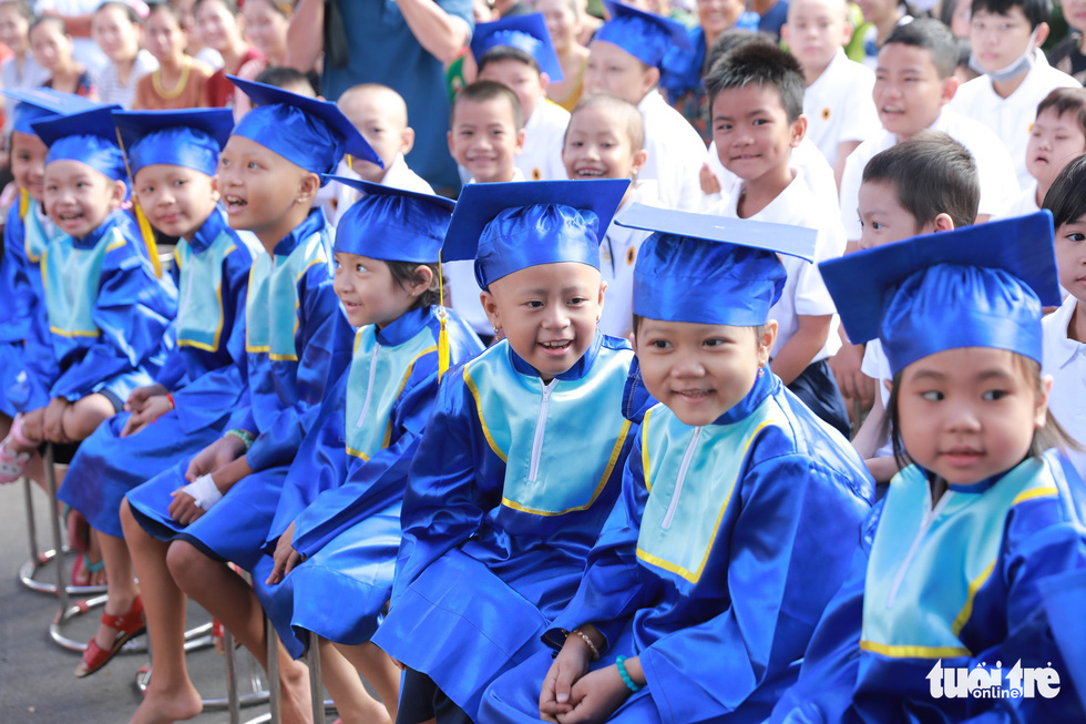 Young cancer patients enjoyed the ceremony in happiness. Photo: Canh Toan / Tuoi Tre