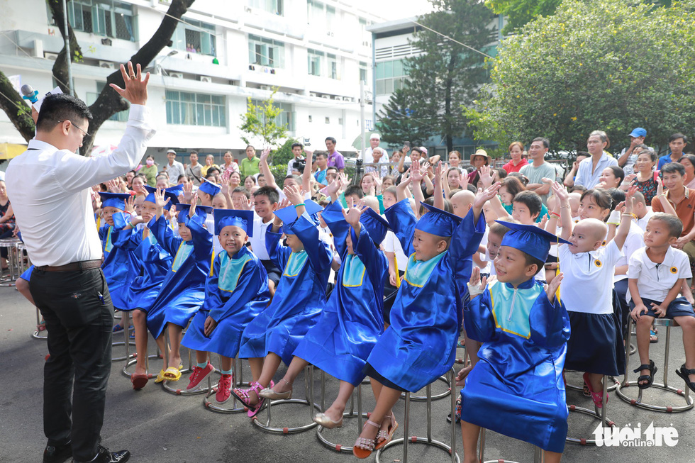 The school year opening ceremony host creates a fun atmosphere for the children. Photo: Canh Toan / Tuoi Tre