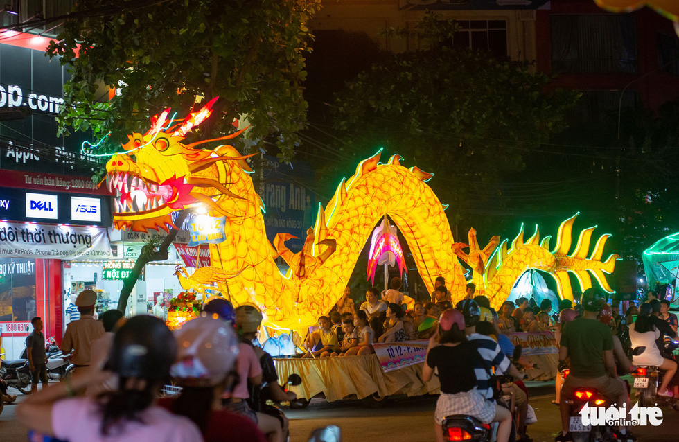 Giant lanterns 'float' through streets in Vietnamese province ahead of Mid-Autumn Festival