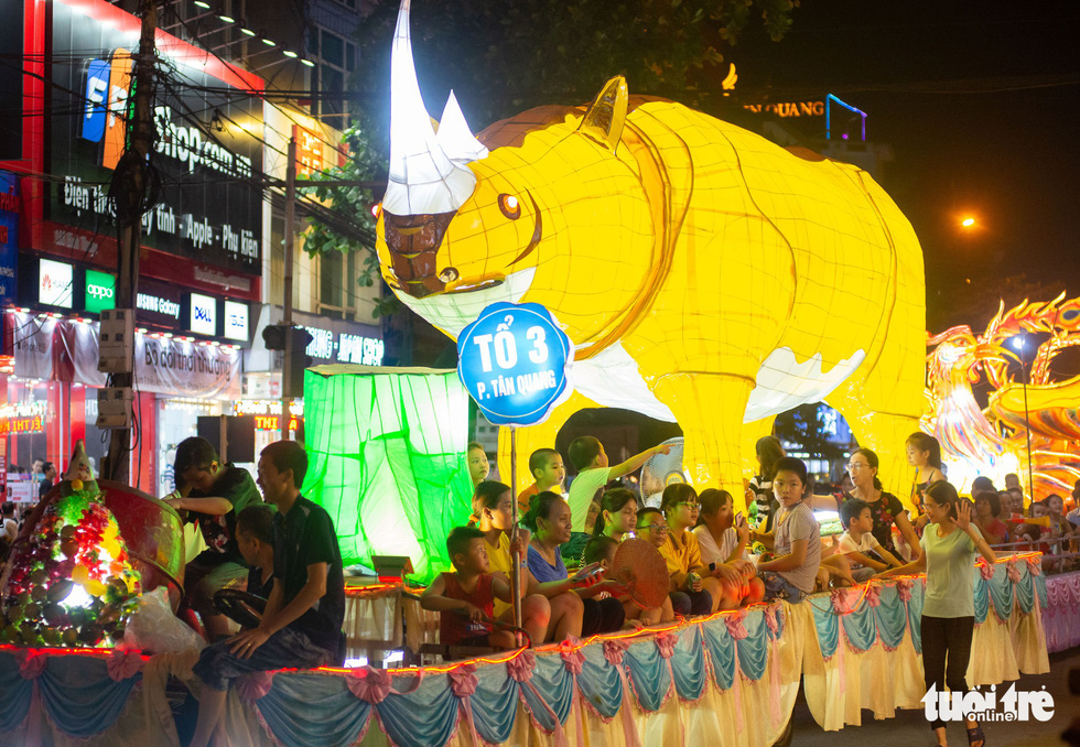 A rhino-shaped giant lantern is on display on a street in the northern province of Tuyen Quang. Photo: Vu Tuan / Tuoi Tre