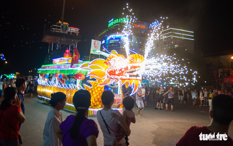 A dragon-shaped giant lantern is on display on a street in the northern province of Tuyen Quang. Photo: Vu Tuan / Tuoi Tre