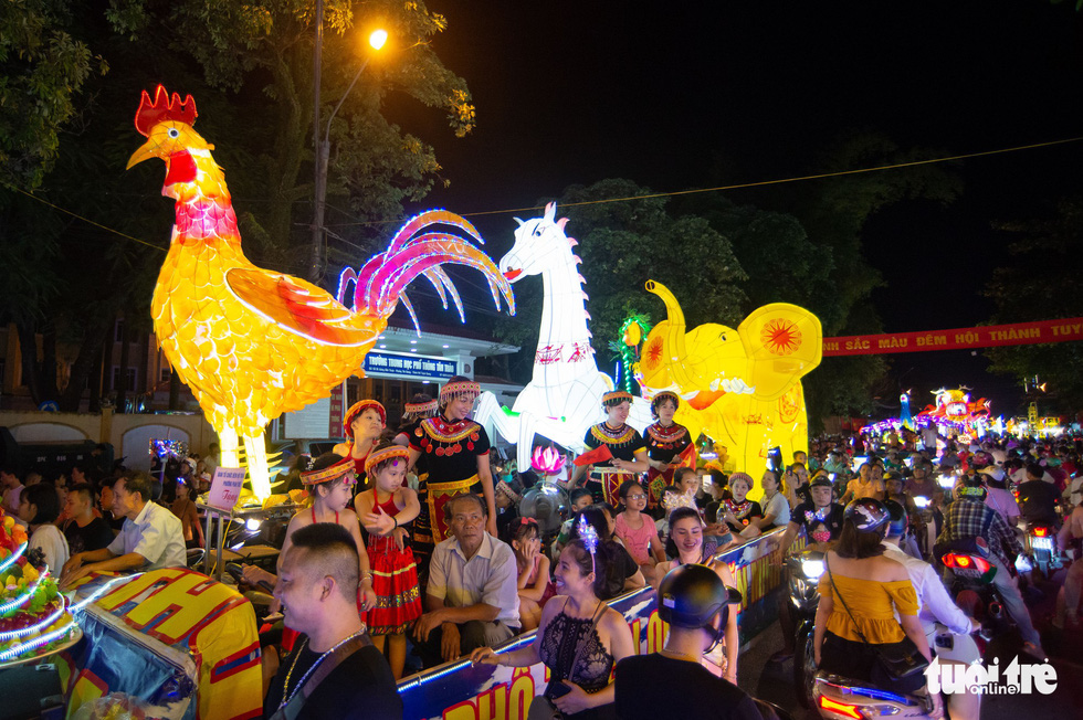 A chicken-shaped giant lantern is on display on a street in the northern province of Tuyen Quang. Photo: Vu Tuan / Tuoi Tre