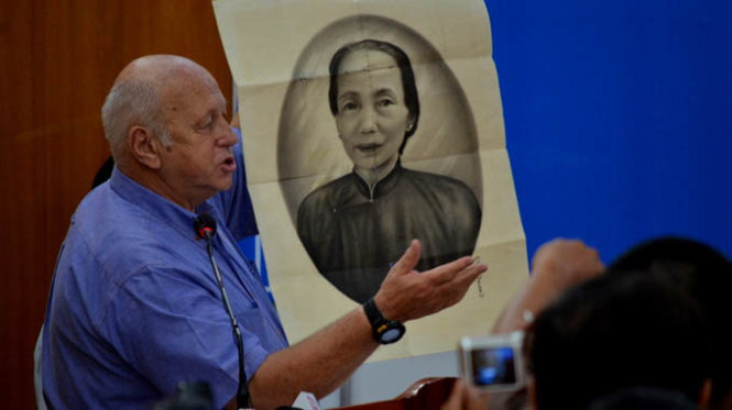 Derrill de Heer talks about a Vietnamese portrait collected by Australian military personnel in the war during a visit to Vietnam in 2013. Photo: Truong Dang / Tuoi Tre
