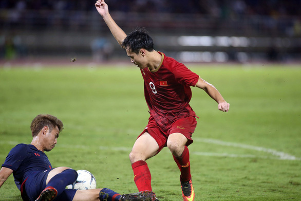 Vietnam and Thailand players fight for the ball during their match at the Asia's second qualifying round for the 2022 FIFA World Cup in Bangkok, September 5, 2019. Photo: Nguyen Khoi / Tuoi Tre