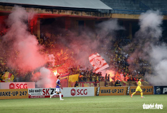 Flares are lit during a V.League 1 game at Hang Day Stadium in Hanoi, September 11, 2019. Photo: Tuoi Tre