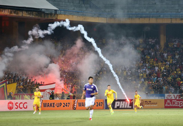 Fan injured, policemen hospitalized as flares fly in Vietnam's league match