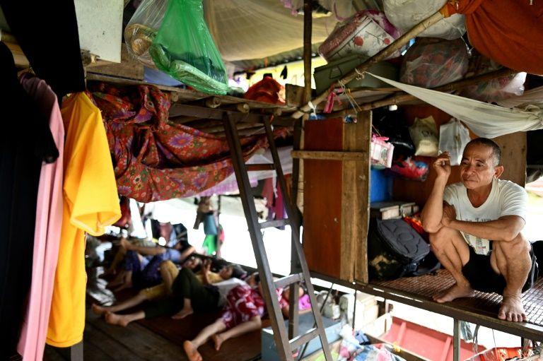 On Hanoi's Red River, fruitsellers forgo comfort for cash