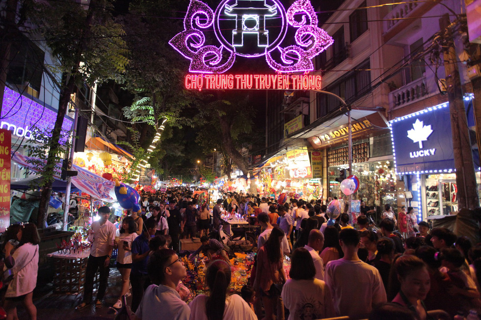 People visit Hang Ma Street to celebrate Mid-Autumn Festival in Hanoi on September 13, 2019. Photo: Mai Thuong / Tuoi Tre