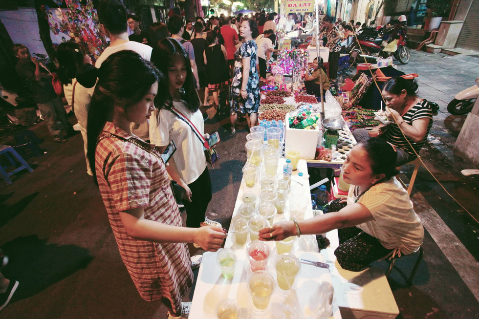 Visitors buy drinks-to-go from a street vendor on Hang Ma Street in Hoan Kiem District, Hanoi, September 13, 2019. Photo: Mai Thuong / Tuoi Tre