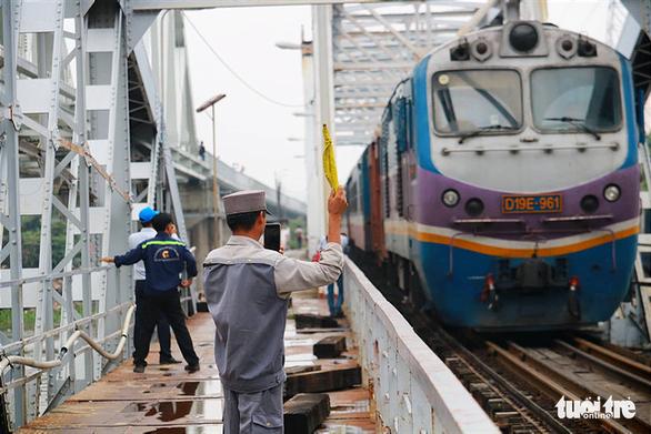 This SE6 train is the last to travel on the old Binh Loi Railway Bridge. Photo: Ngoc Phuong / Tuoi Tre