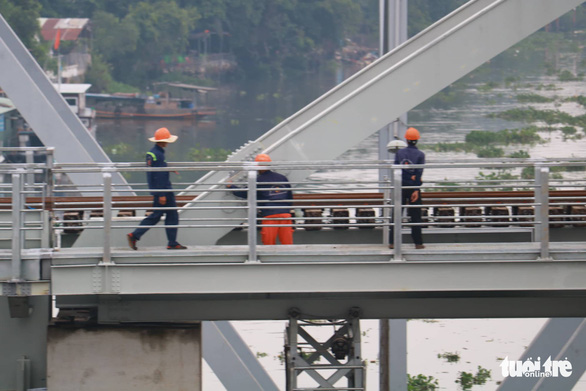 Workers are seen on the construction of the new Binh Loi Railway Bridge. Photo: Ngoc Phuong / Tuoi Tre