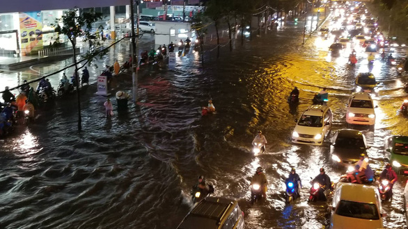 Nguyen Huu Canh Street is inundated. Photo: Chau Tuan / Tuoi Tre