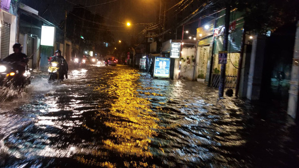 Flooding on Ung Van Khiem Street in Binh Thanh District. Photo: Chau Tuan / Tuoi Tre