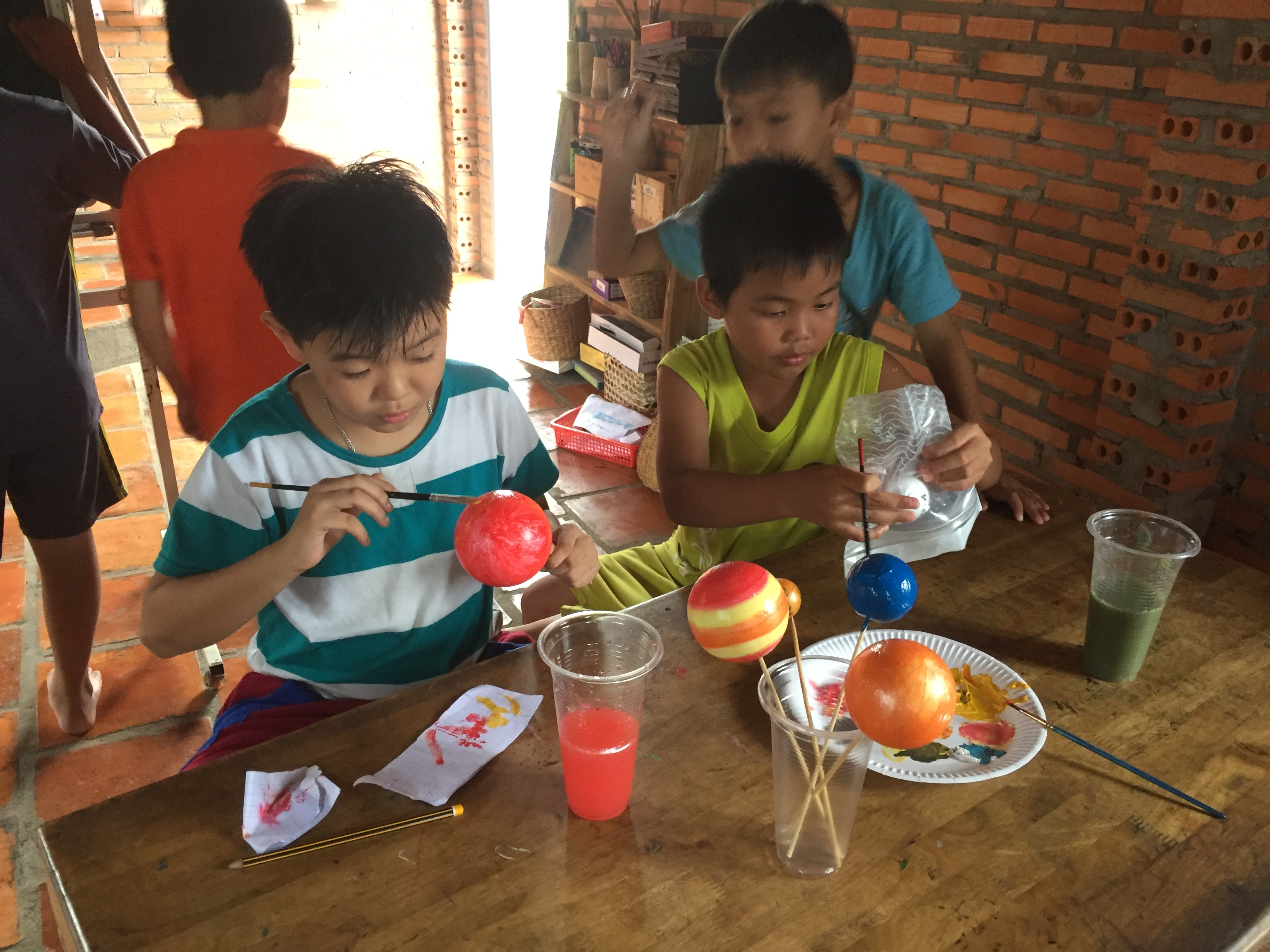 Kids learn about solar systems with students of the National University of Singapore. Photo: Nui Tuong Education Project