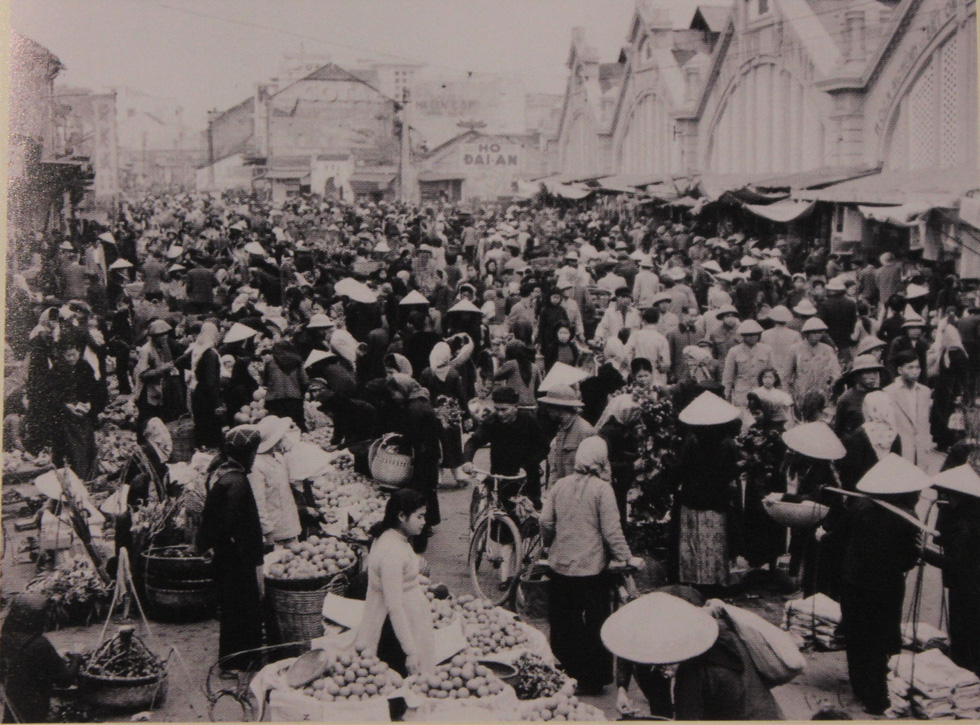 A photo capturing Dong Xuan Market in Hanoi in 1955 is displayed at an exhibition in Hanoi. Photo: Thien Dieu / Tuoi Tre
