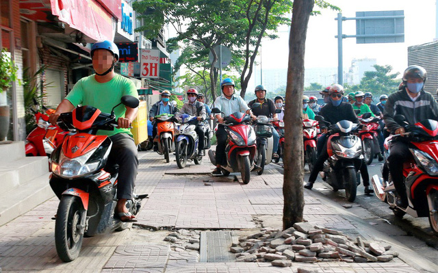 Opinion: Foreigners only copy locals in disobeying traffic laws in Vietnam