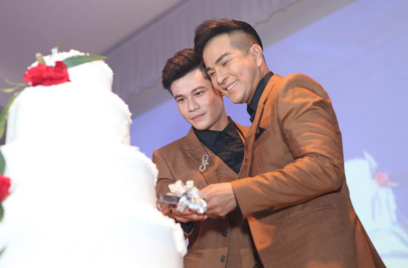 Dang Khoa and Ho Ca together cut their wedding cake in ultimate happiness. Photo: Supplied
