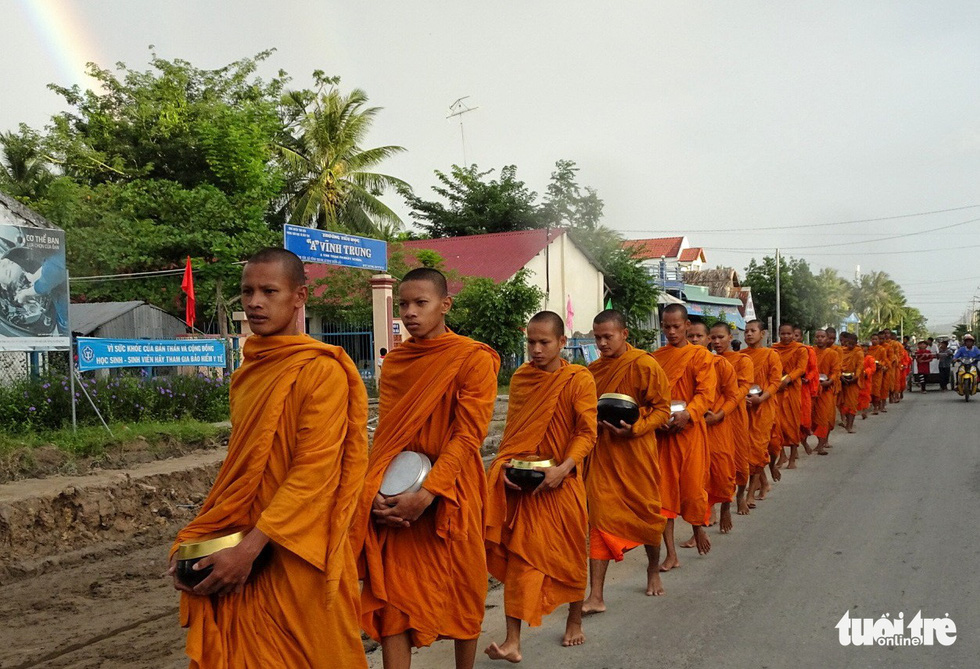 Monks panhandle on a street in Tri Ton District, An Giang Province, southern Vietnam. Photo: Nguyet Nhi / Tuoi Tre