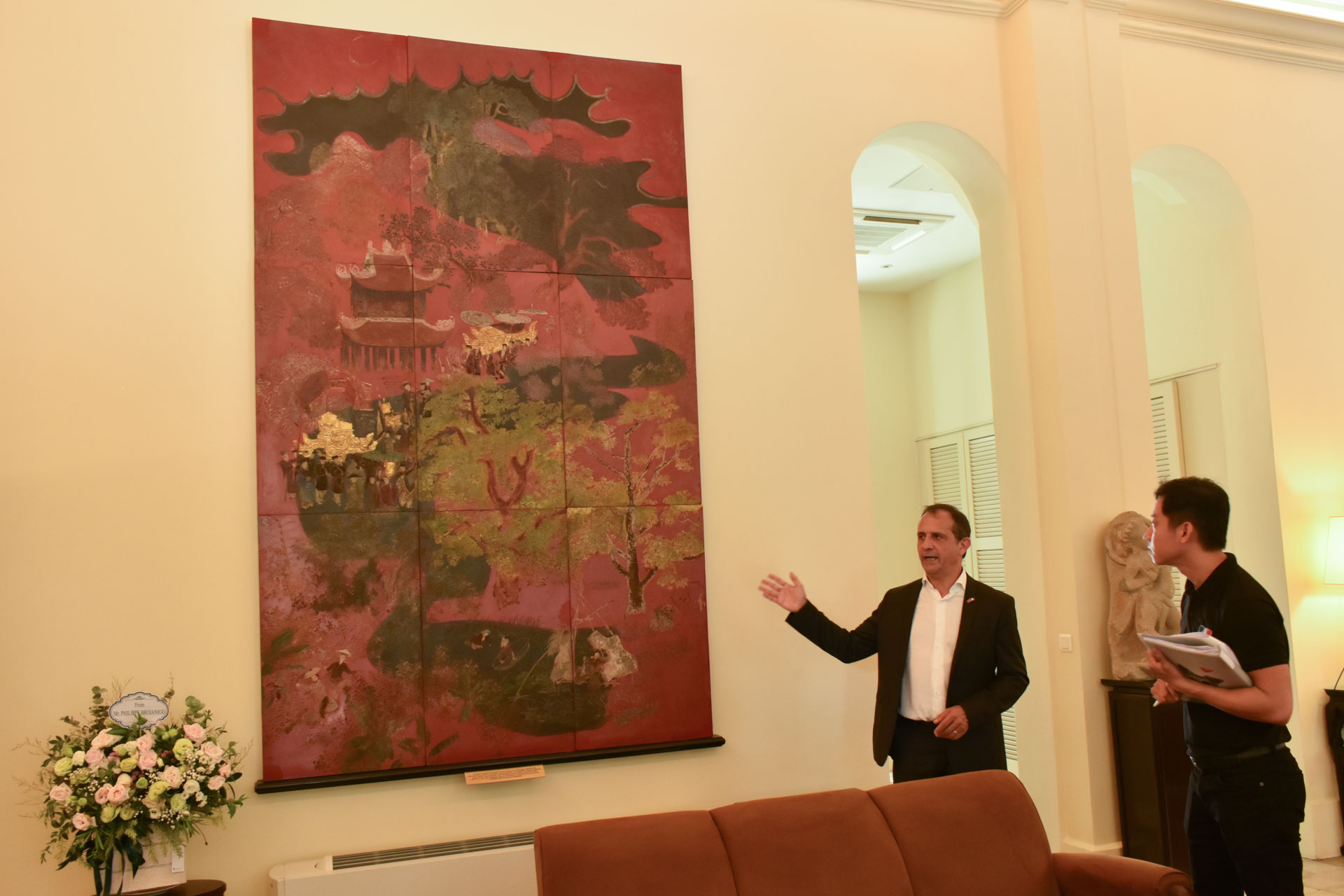 French Consul General in Ho Chi Minh City Vincent Floreani presents about a painting by Nguyen Gia Tri to visitors on the European Heritage Days, September 21, 2019. Photo: Tuan Son / Tuoi Tre News