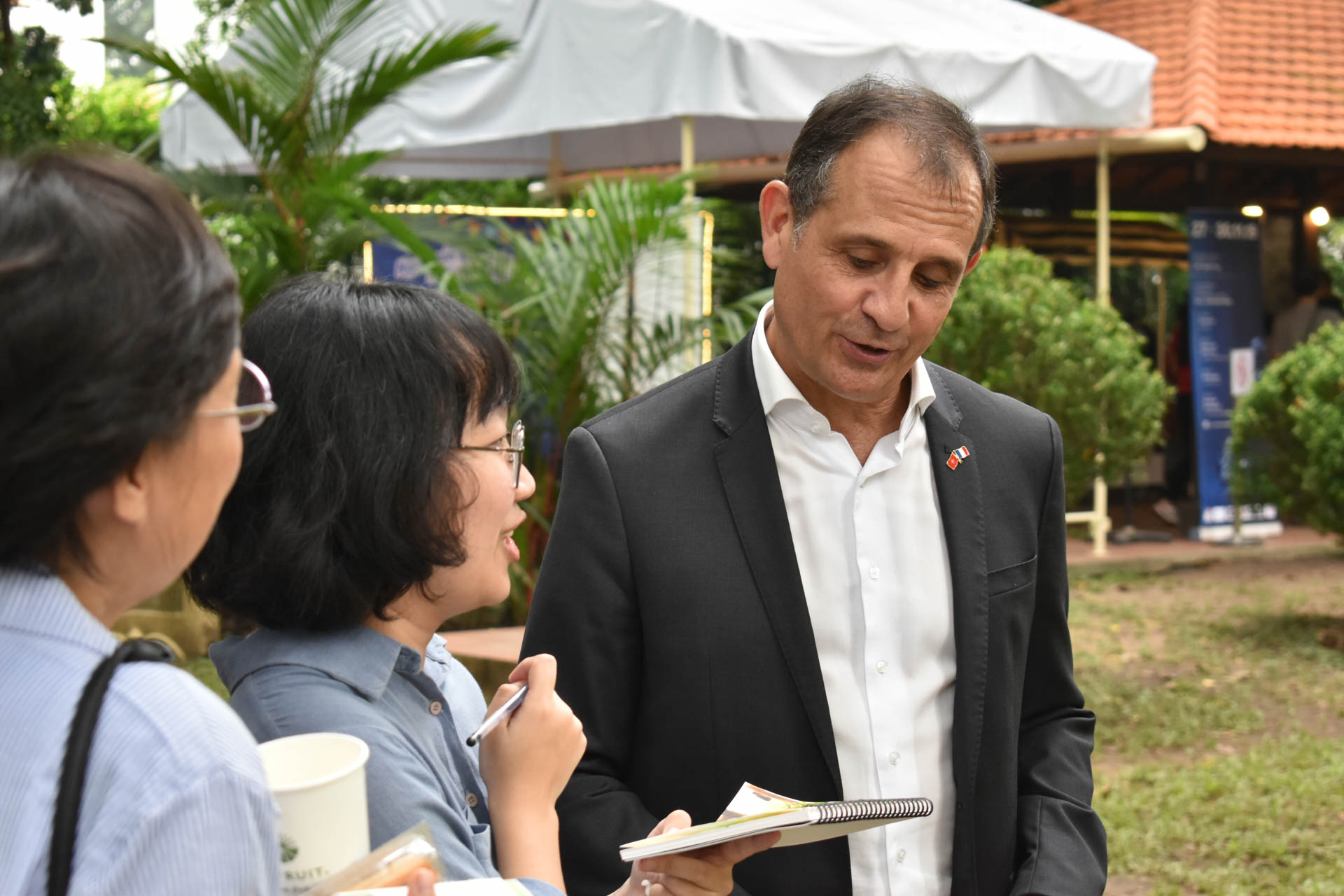 French Consul General in Ho Chi Minh City Vincent Floreani chats with a group of visitors on the European Heritage Days, September 21, 2019. Photo: Tuan Son / Tuoi Tre News