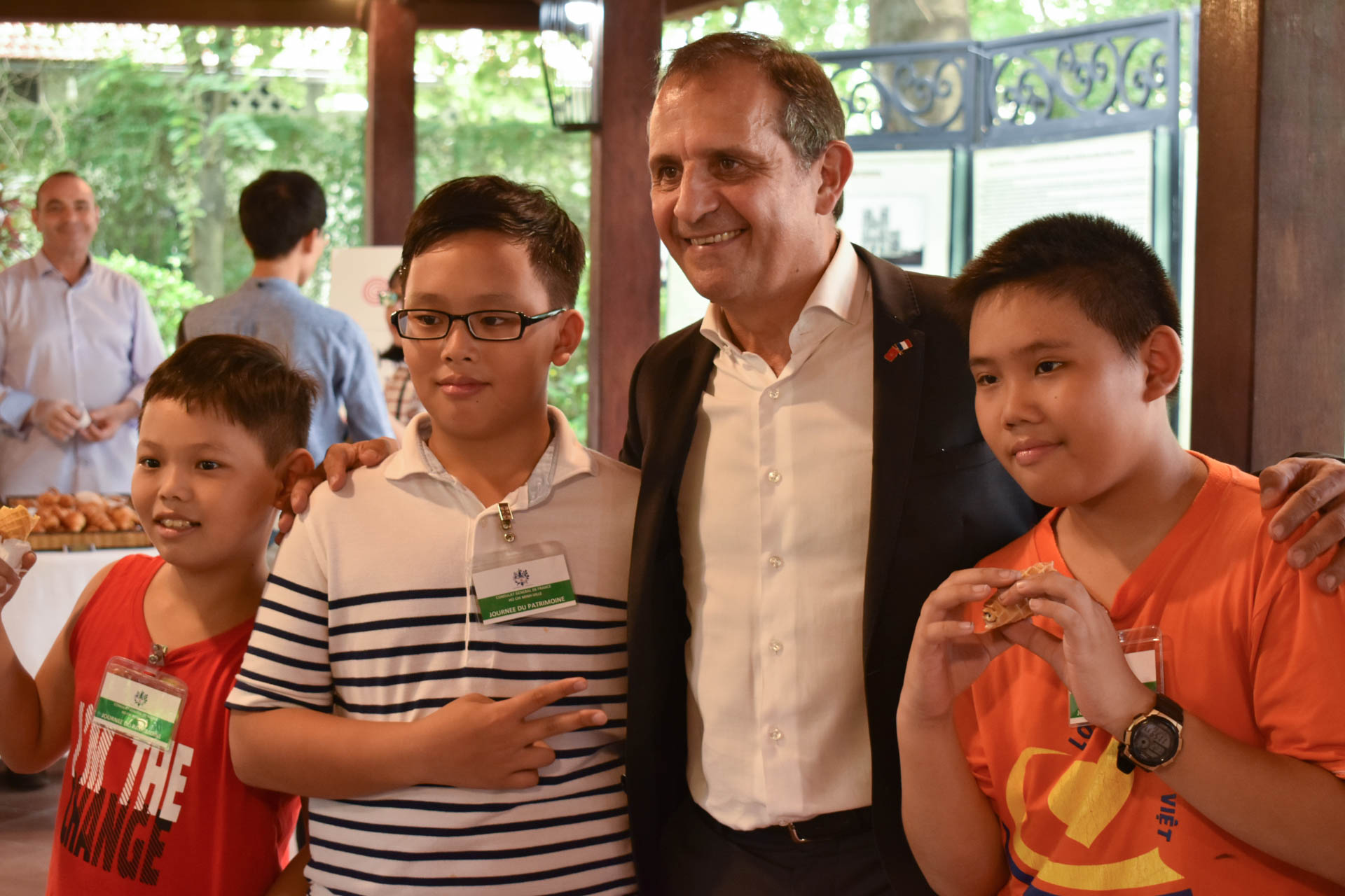 French Consul General in Ho Chi Minh City Vincent Floreani pose for photos with a group of visitors on the European Heritage Days, September 21, 2019. Photo: Tuan Son / Tuoi Tre News