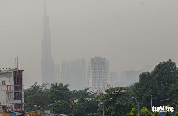 The Landmark 81, the tallest building in Ho Chi Minh City, is engulfed in smog on September 21, 2019. Photo: Chau Tuan / Tuoi Tre