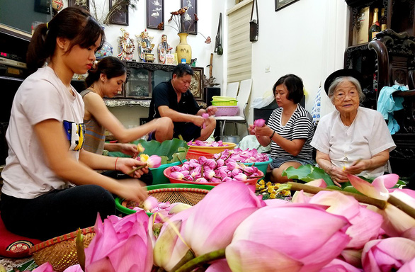 Vietnamese woman maintains family tea-making tradition at her 90s