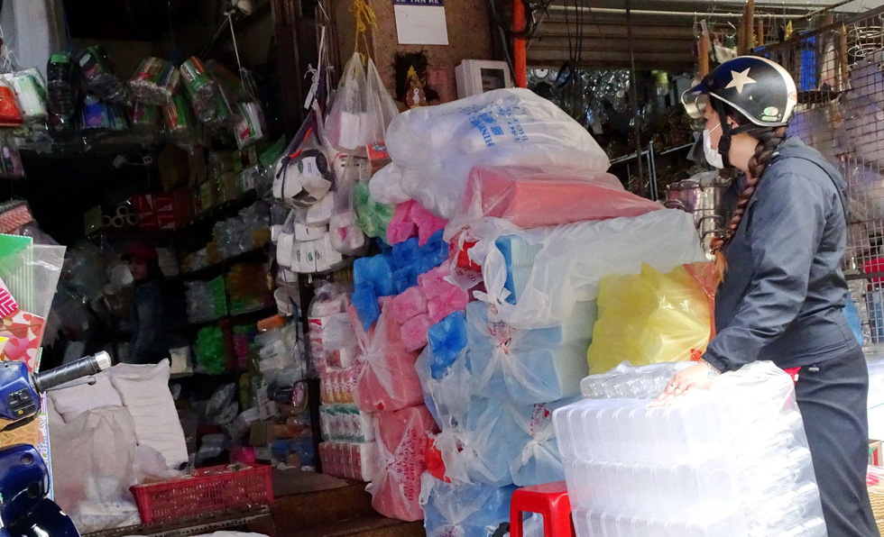 Plastic bags and other plastic products are sold at the Binh Tay Market in Ho Chi Minh City. Photo: Nguyet Nhi / Tuoi Tre