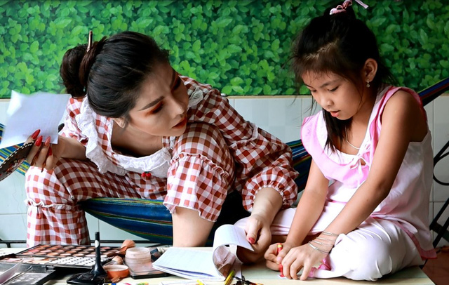 An plays with her seven-year-old daughter. Photo: Me Thuan / Tuoi Tre
