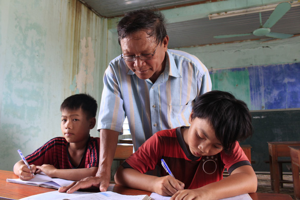 Vietnamese teacher hosts free classes to help end illiteracy in seaside village