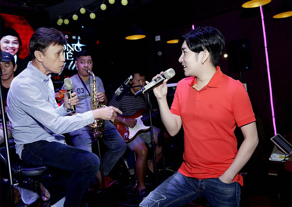 Quang Ha (right) and Tuan Ngoc, a guest singer in his live show, are seen during a rehearsal in this supplied photo.