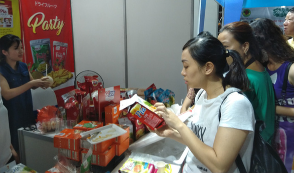Visitors are seen at a specialty booth at the Tay Ninh Day in Hanoi on September 27, 2019. Photo: Thien Dieu / Tuoi Tre