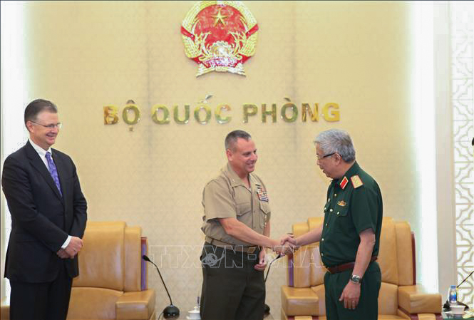 Sen. Lt. Gen. Minister Nguyen Chi Vinh (R), deputy minister of the Vietnamese Ministry of National Defense, shakes hands with Maj. Gen. Stephen Sklenka, Director of the U.S. Strategic Planning and Policy Directorate, during a defense consultation in Hanoi on September 27, 2019. Photo: Vietnam News Agency