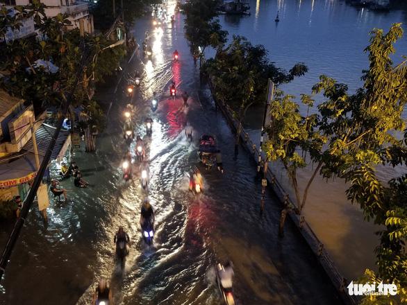 High tide submerges Tran Xuan Soan Street in District 7. Photo: Chau Tuan / Tuoi Tre