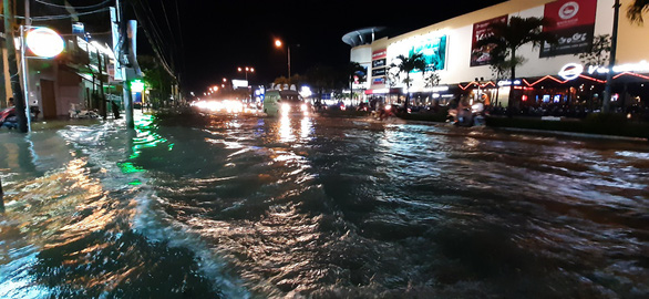 A street in downtown Can Tho City is inundated. Photo: Chi Hanh / Tuoi Tre