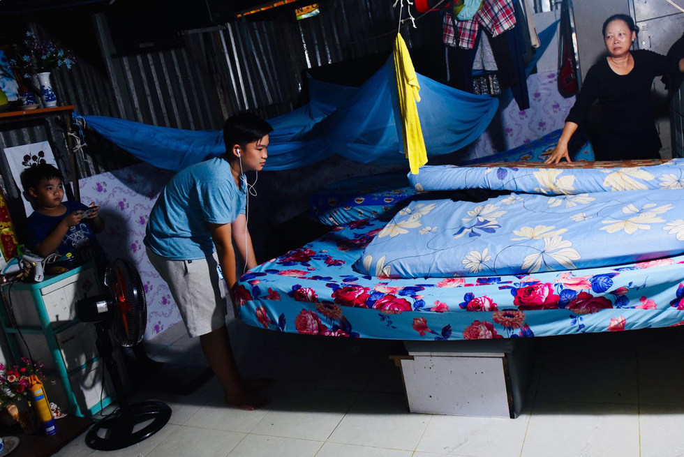 Residents prevent their mattresses from getting soaked. Photo: Duyen Phan / Tuoi Tre
