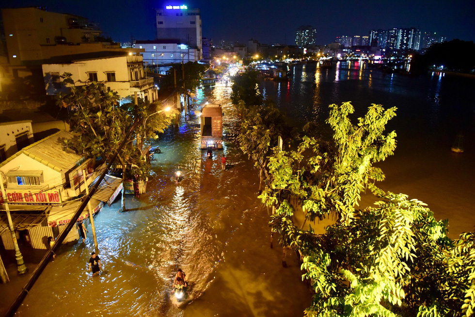 Tran Xuan Soan Street in District 7 is inundated by high tide. Photo: Quang Dinh / Tuoi Tre