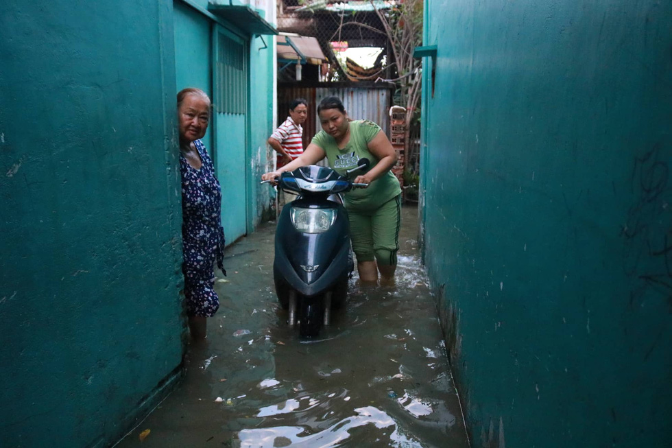 A flooded alley on Ton That Thuyet Street in District 4. Photo: Ngoc Phuong / Tuoi Tre