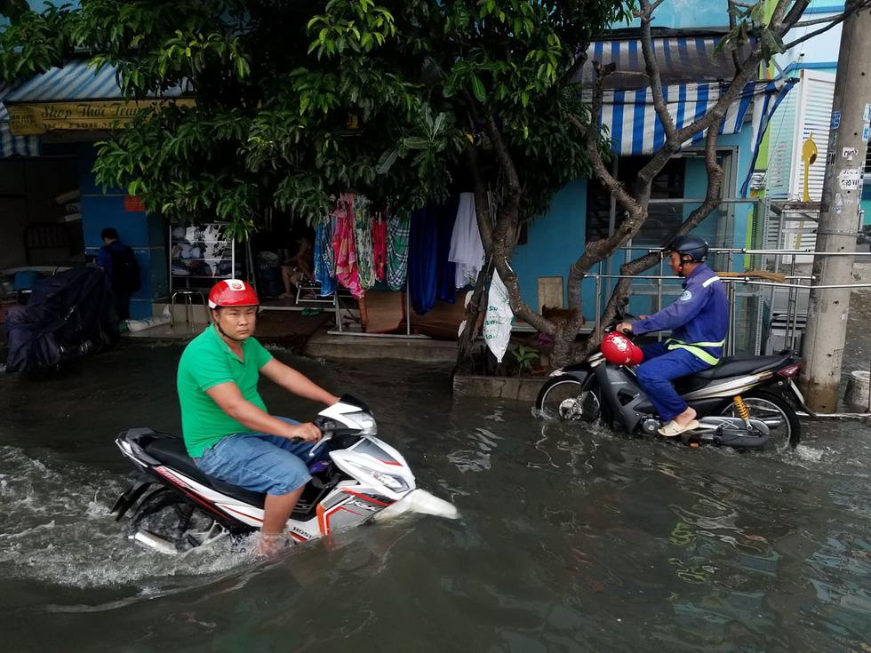 Commuters travel on Me Coc Street. Photo: Chau Tuan / Tuoi Tre