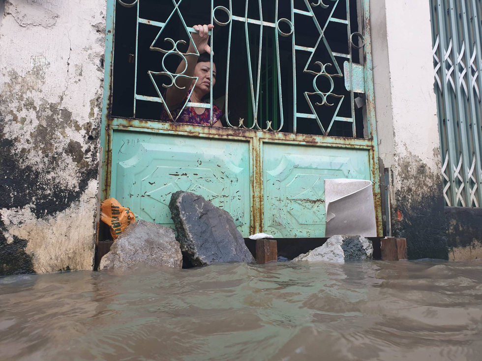 High tide submerges a house in District 2. Photo: Minh Hoa / Tuoi Tre