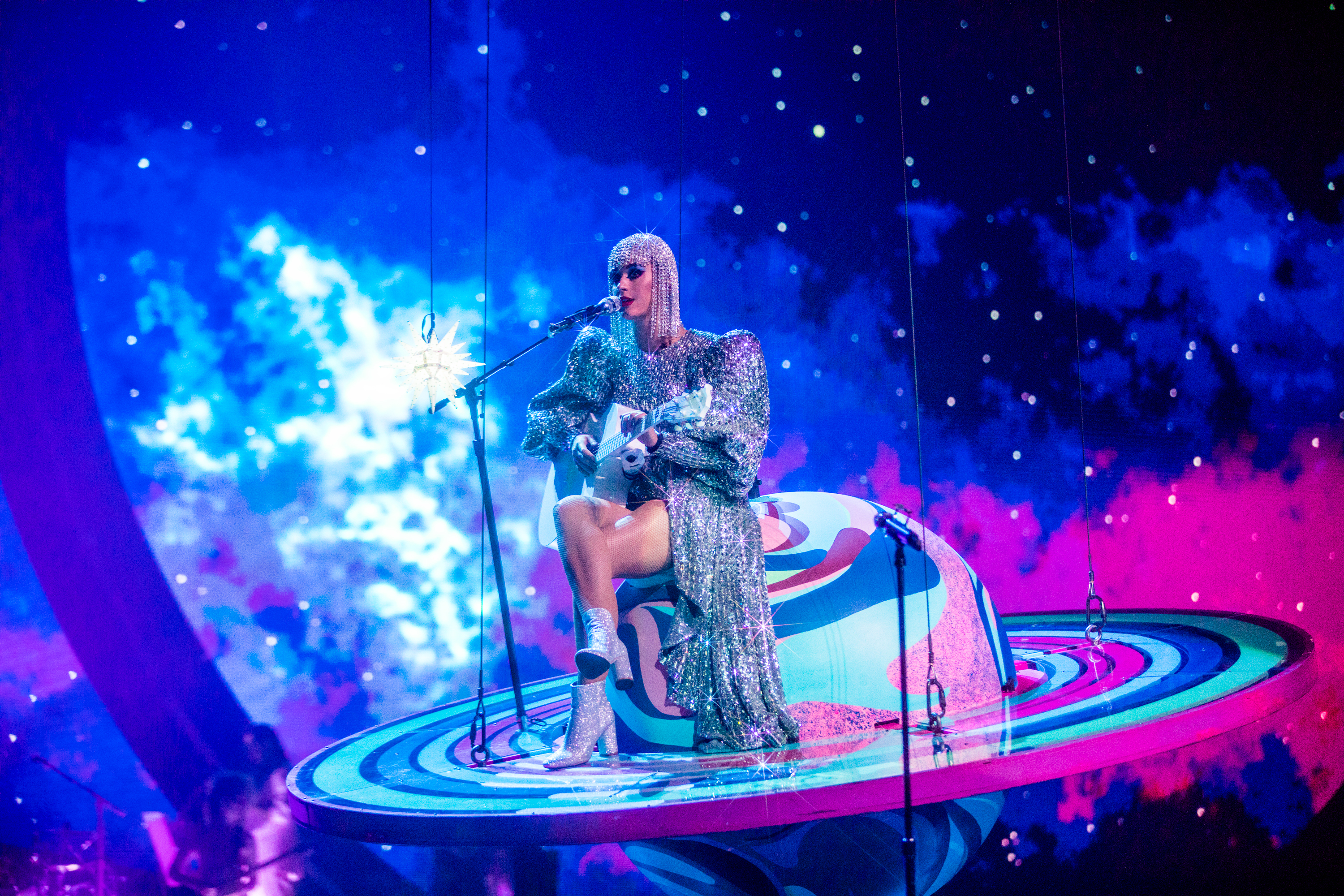 American singer Katy Perry wears a dress by Cong Tri during a performance in her Witness world tour in September 2017. Photo: katyperry.com