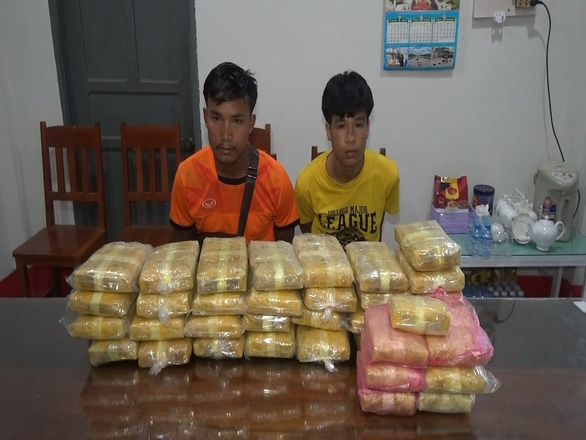 Laotian men nabbed for smuggling 215,000 illegal pills into Vietnam
