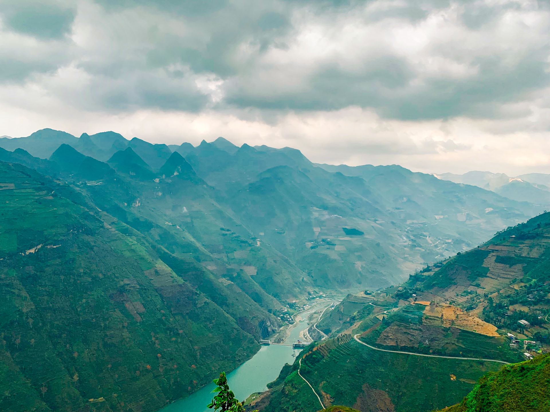 View of the canyon and Nho Que River from the Ma Pi Leng moutain pass in Ha Giang Province, Vietnam. Photo: Tran Phuong / Tuoi Tre