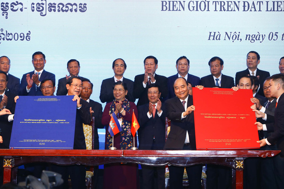 Cambodian Prime Minister Hun Sen (L) and Vietnamese Prime Minister Nguyen Xuan Phuc show legal documents on bilateral land boundary demarcation after a signing ceremony in Hanoi on October 5, 2019. Photo: Nguyen Khanh / Tuoi Tre