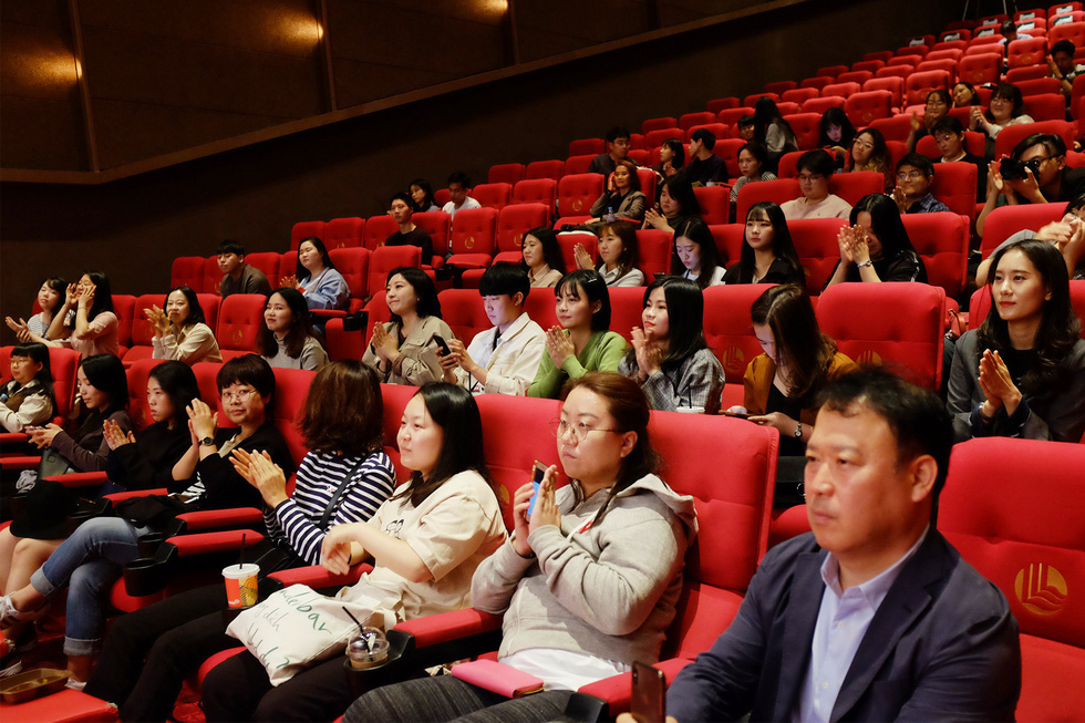 A cinema is packed at the screening of Vietnamese film 'Bac Kim Thang' (Home Sweet Home) at the 24th Busan International Film Festival in Busan, South Korea. Photo: Mi Ly / Tuoi Tre