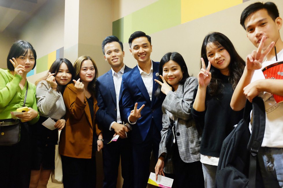 The cast and crew of Vietnamese film 'Bac Kim Thang' (Home Sweet Home) take photos with fans at the 24th Busan International Film Festival in Busan, South Korea. Photo: Mi Ly / Tuoi Tre