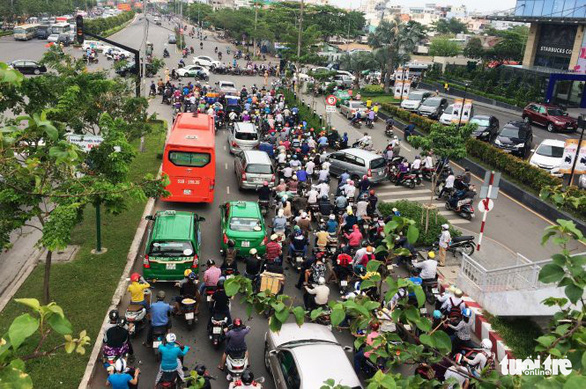 Traffic congestion at the Dien Bien Phu - Nguyen Van Thuong intersection in Ho Chi Minh City. Photo: Chau Tuan / Tuoi Tre