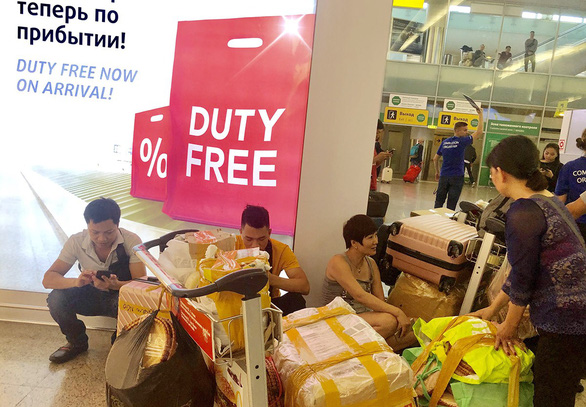 Vietnamese earn money from retailing domestic goods overseas