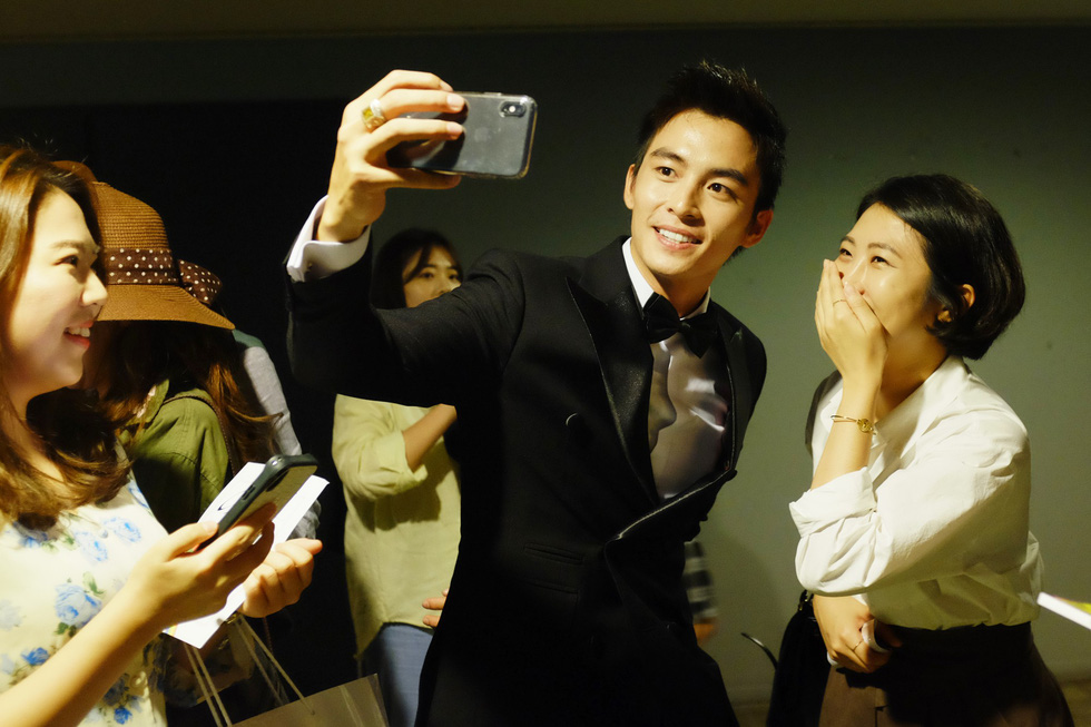 Vietnamese actor Lanh Thanh takes a 'we-fie' with a fan at the 24th Busan International Film Festival in Busan, South Korea. Photo: Mi Ly